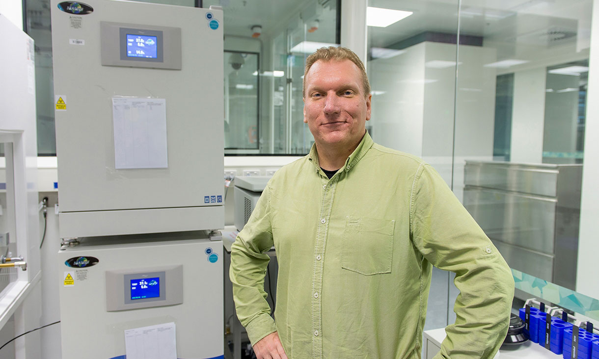 Arnan Mitchell creates innovative microchip technologies advancing photonics, fluidics and biomedical research.